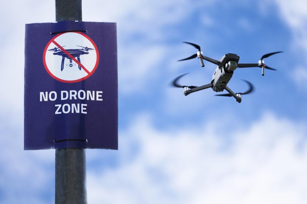 登録が必要な青い空を飛ぶクワッドコプターでのドローンのサインは許可されていません